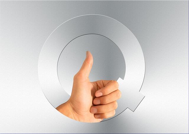 Qマークに左手親指立てた写真