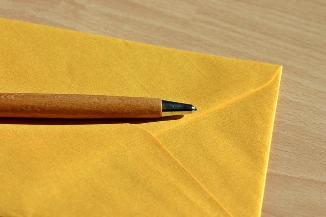 黄色いレターとペン