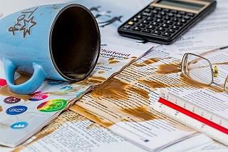 書類の上にコーヒーこぼした写真