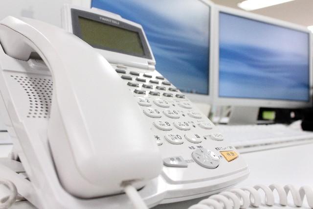 オフィスの電話機とモニター