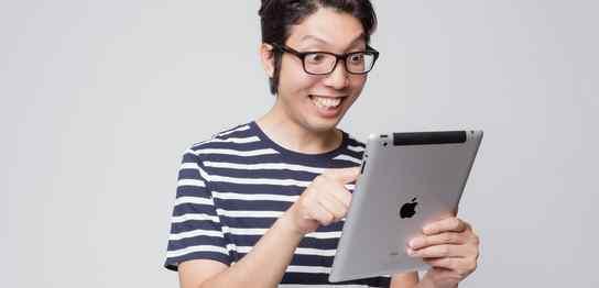 好奇心旺盛なiPadを使っている男性