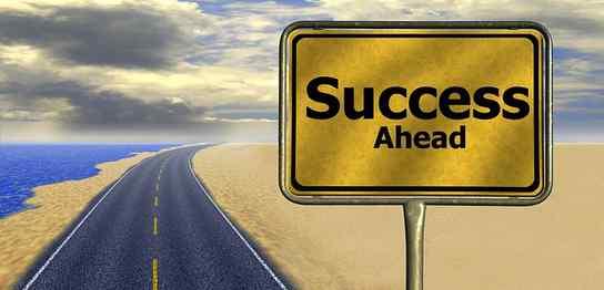 「Success Ahead」という看板がある一本道