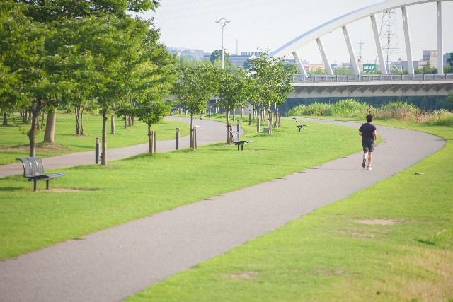 ジョギングしている男性