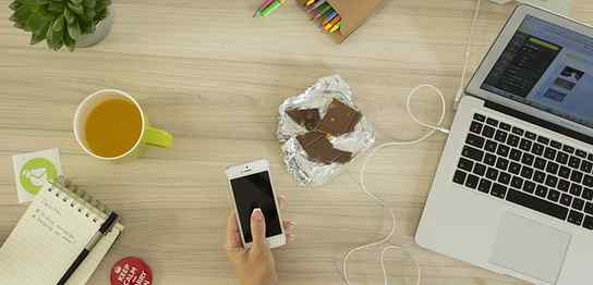 MacBookとiPhoneとメモ帳と色鉛筆