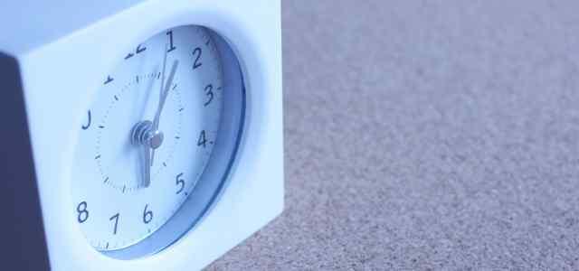 白い置時計