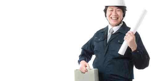 ヘルメットに作業着の笑顔の男性