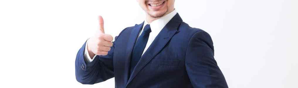 いいねポーズのスーツ男性