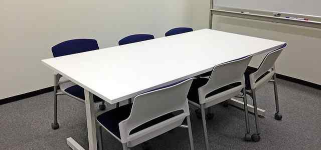 6人掛けのオフィスの机と椅子
