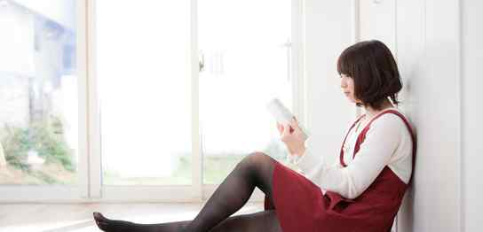 自宅でゆったりと本を読む女性