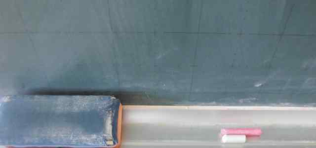 黒板に黒板消しとチョーク