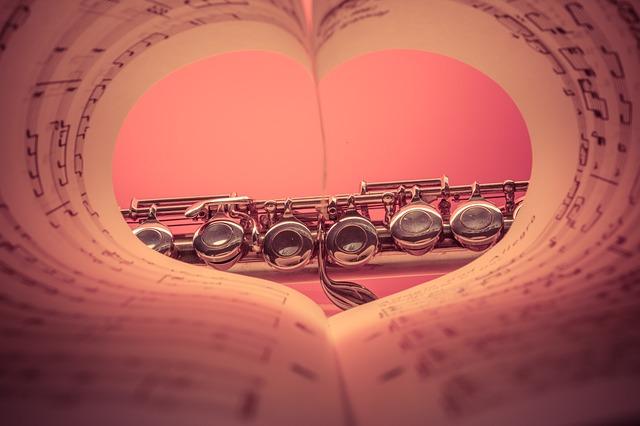 ハート形に折り曲げた楽譜の先に管楽器