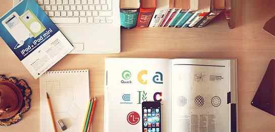 ノートPCと本が置いてある机