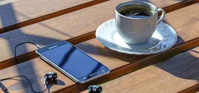 スマホとイヤホンとコーヒー