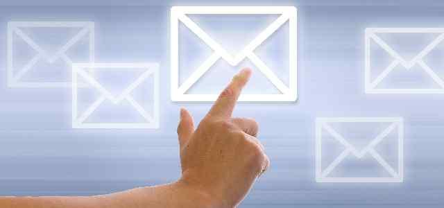 メールマークを指さしている