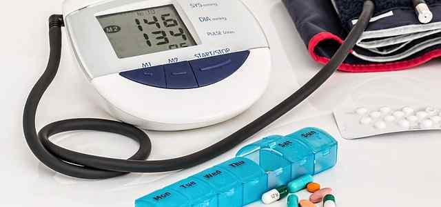 血圧計とピルケース