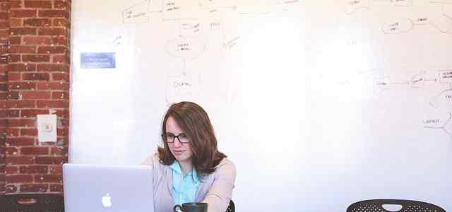 Macbookで作業する女性