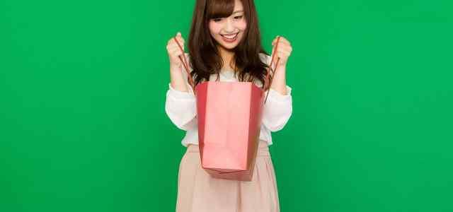 紙バッグを持った女性