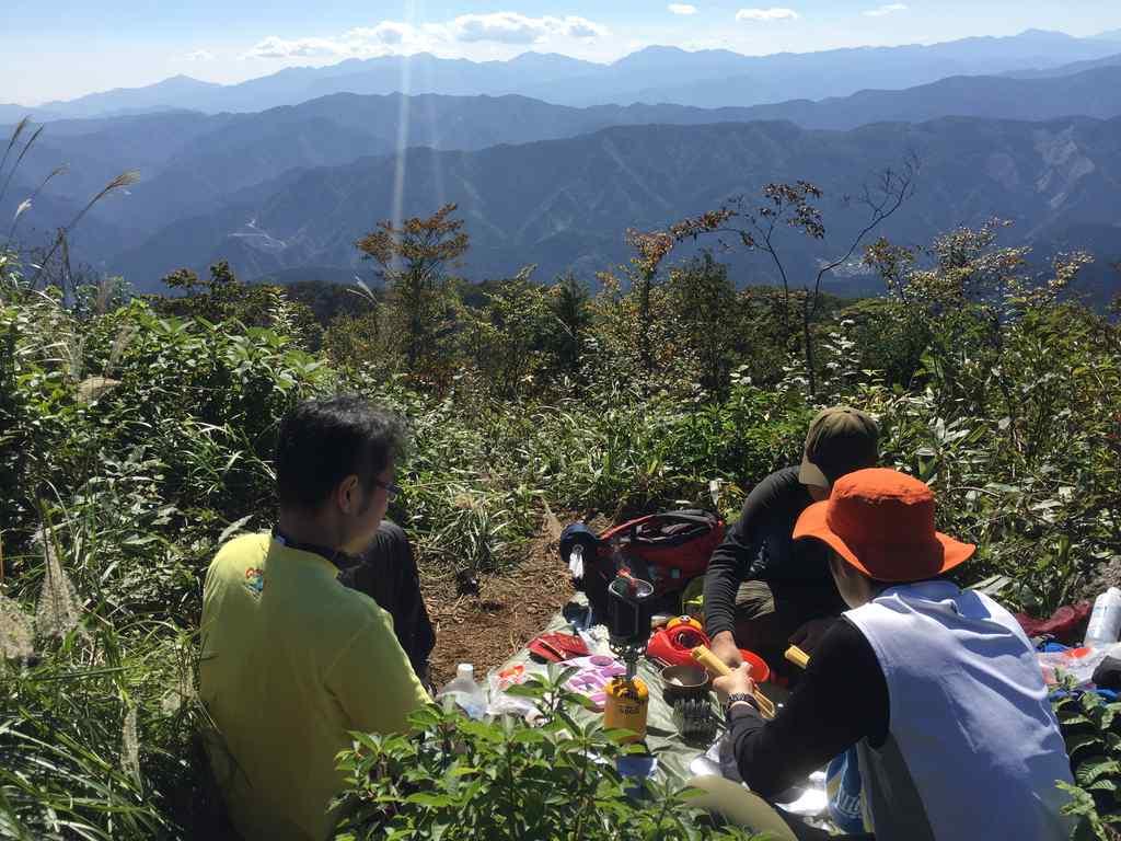 大岳山の山頂で昼食