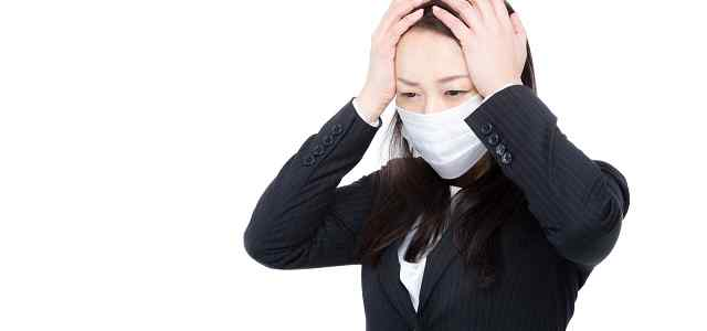 マスクのスーツ女性