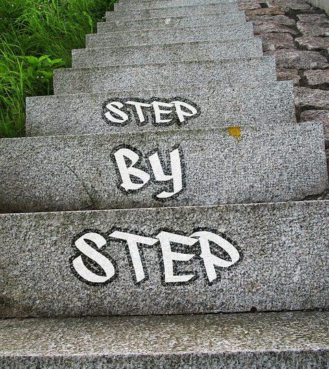 階段に「STEP By STEP」の文字