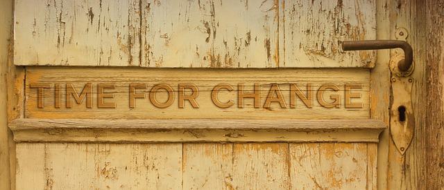 木の板に「TIME FOR CHANGE」という文字が彫ってある