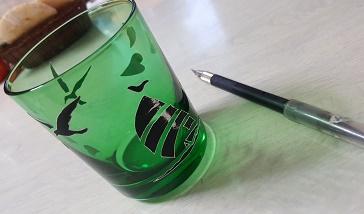 グラスにシールを貼ったところ