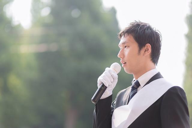 スーツ男性が街頭演説