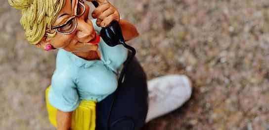 電話をしているOL人形
