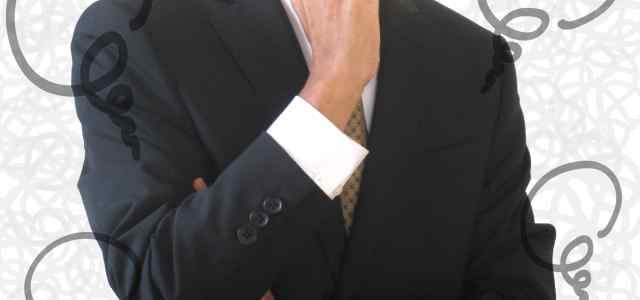 考えるスーツ男性