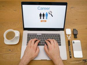 ノートPCでキャリアについて調べている