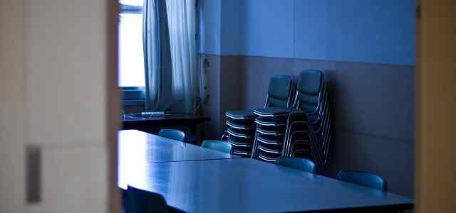 薄暗い教室