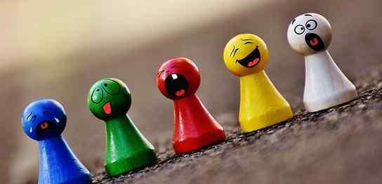 青、緑、赤、黄、白の5色の置物