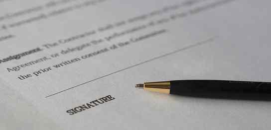 書類のサイン欄とペン