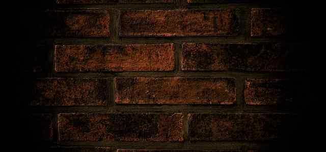 暗がりのレンガの壁