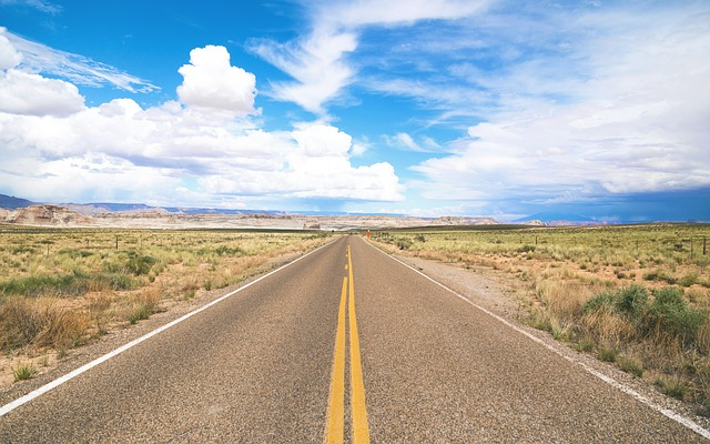 どこまでも続く真っすぐな道路