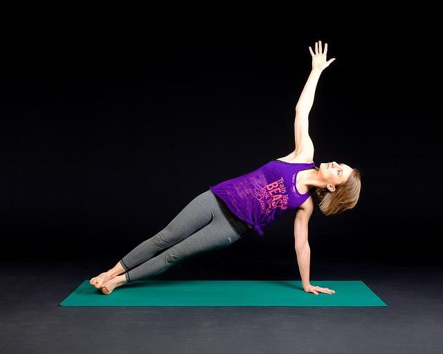 ヨガマットの上で体幹トレーニングをする女性