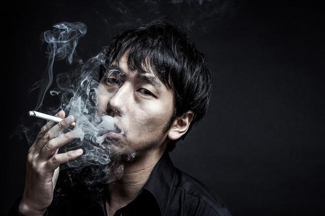 暗闇で煙草を吸う男性