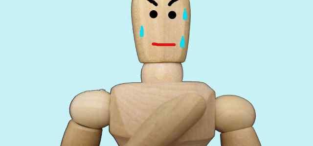 緊張で汗ダラダラの木の人形