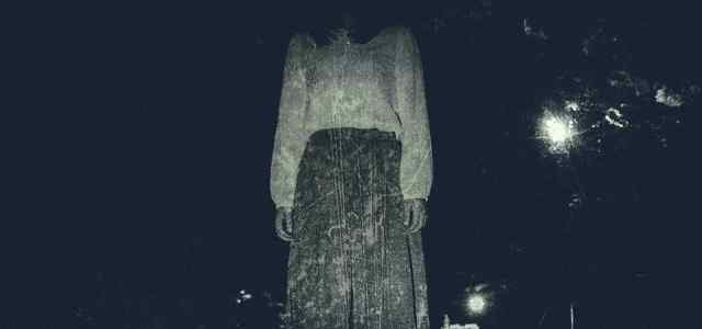 薄暗い中に立っている女性