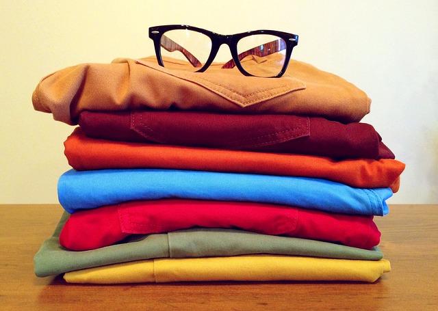 畳んだズボンが積み上げられた上に黒縁眼鏡