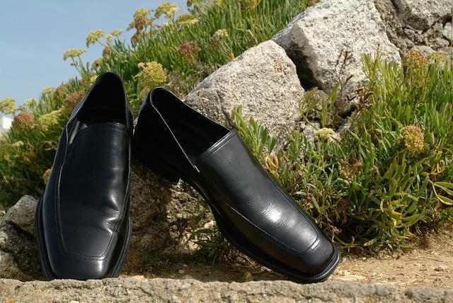 外に干している革靴