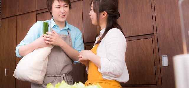 台所で会話している夫婦