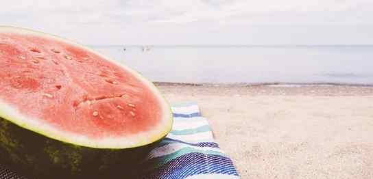 浜辺でスイカ
