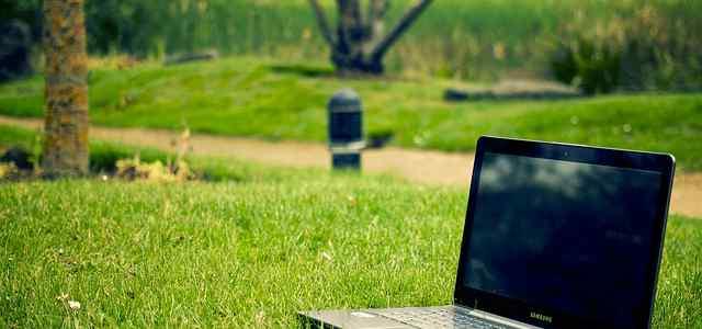 芝生の上にノートPC