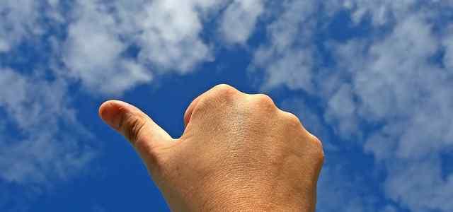 青空に向かって右手で「いいね!」