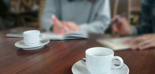 カフェで勉強する人達