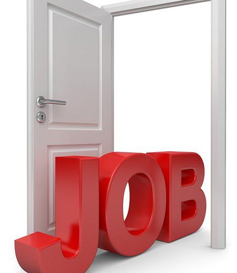 開いたドアに「JOB」の文字
