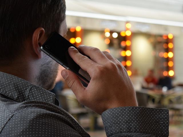 携帯電話で通話している男性
