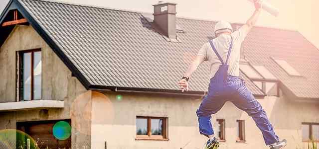 家の前でジャンプしている男性