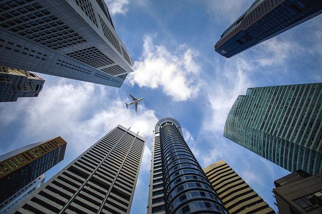 高層ビル群を下から見た写真